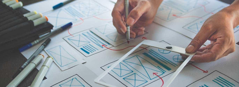 UX Designer kreative Sketch Planung Anwendung Prozess Entwicklung Prototyp Wireframe für Web-Handy. Benutzererlebniskonzept.